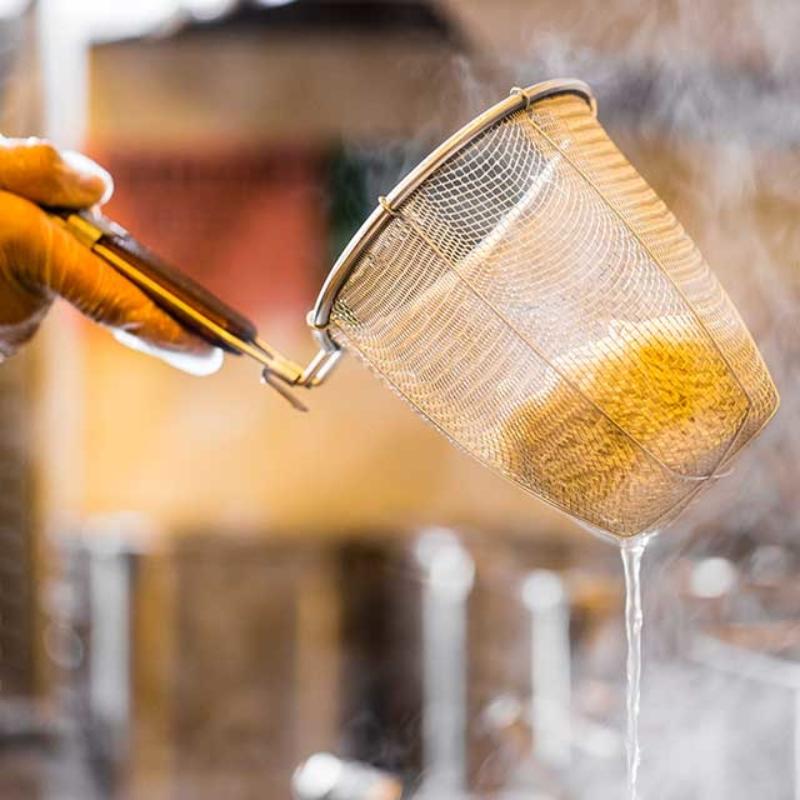 "Kitchen image of RAKKAN RAMEN, doing ""Yugiri (draining hot water)""."